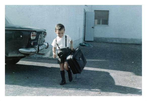 ALLEGATO 1 - BERTAGNI - Marco Bertagni Bambino con la valigia